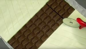 Hun puttede chokolade ovenpå butterdejen, og bagefter tilberedte hun en dessert,
