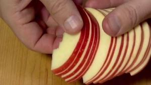 Han skar æblet i skiver; da jeg så hvad der kom ud af det, begyndte min mund at