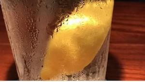 Find ud af, hvorfor det er en rigtig dårlig ide at bestille vand med citron ...