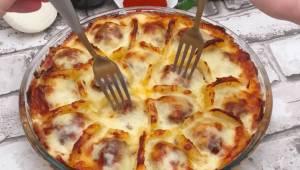 Kødboller med kartofler i bechamelsauce. En fantastisk lækker ide til middagen.