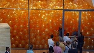 De blev inviteret ind i et rum som var fyldt med balloner, men de regnede ikke m