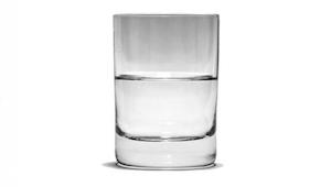 En psykolog stiller et spørgsmål om et glas vand. Svaret vil ændre dit liv!