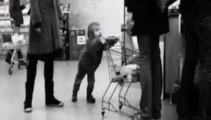 Den lille dreng besluttede at genere andre kunder; men det som manden gjorde, de