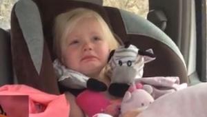 Faren så at hans datter græd, men da han opdagede hvorfor blev han chokeret