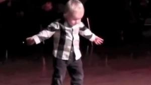 Denne to-årige gik ud midt på dansegulvet og begyndte at...