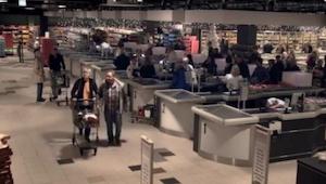 Det ligner et almindeligt supermarked, men når lysene slukkes - FANTASTISK!