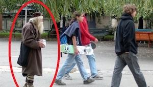 Han går på gaderne i hovedstaden og tigger penge, men hvad han gør med dem efter