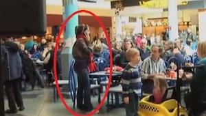 De spiste frokost i centeret da der skete noget som de ikke havde forventet!
