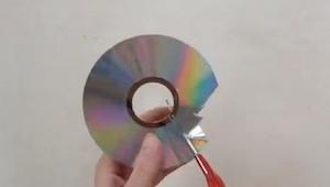 Han begyndte at skære i en gammel CD. Da han var færdig? GENIALT!