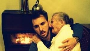 Det, som denne fyr gør for sin bedstemor, er simpelt hen smukt!