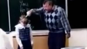 En aggressiv lærer begynder at slå en elev i ansigtet; Den måde hun reagerer på