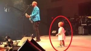 Den lille kom frem på scenen for at få et knus af far; det, han foretog sig der,