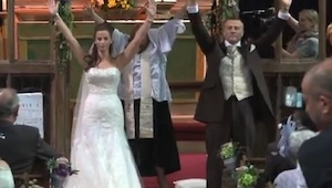 Bryllupsparret vender sig om og løftede hænderne i vejret. Alle blev mundlamme d