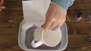 Hun dyppede en kop i en skål fyldt med vand; da hun tog koppen op igen, blev hun