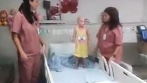 Du bliver overrasket, når du ser, hvad sygeplejersken om et øjeblik gør ved sin