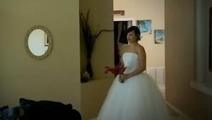 Til deres bryllupsdag tog hun sin bryllupskjole på, se mandens reaktion!