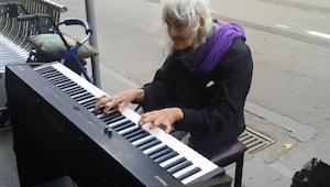 En hjemløs gammel dame så et klaver på gaden og besluttede sig for at spille på