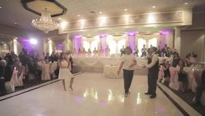 Brudens far afbryder den første dans … Jeg kunne se dette igen og igen!