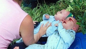 Chokerende billeder fra en ulykke! Beruset bilist kører ind i mor med barnevogn.