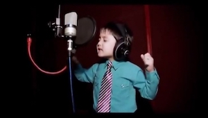 En fire-årig, der synger Whitney Hustons største hit? Det her må du se!