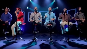 Seks fyre sad og sang en kendt sang, da ham med den røde skjorte rejste sig, og