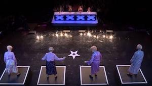 Fire ældre damer kom ind på scenen, et øjeblik efter var alle i chok!