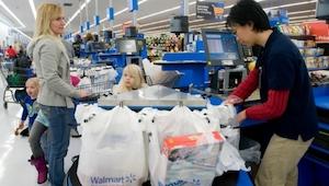 Den måde butikschefen behandlede en fattig kvinde på gav kassemedarbejderen tåre