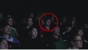 Han fik en sms, da han sad i biografen… Det, der skete et sekund senere forbavse