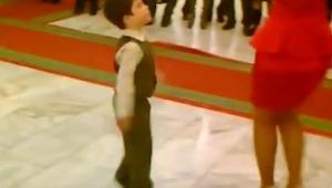 Drengen bød en kvinde op til dans, et øjeblik senere var alle dybt imponerede!