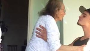 En ung fyr passer sin syge bedstemor. Hvad sker der når han tænder radioen? Se s