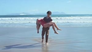 Drengen reddede pigen, men afslutningen på denne film vil give dig en overraskel