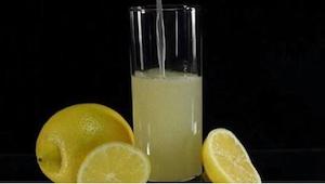 Det er tilstrækkeligt at tilføje en enkelt ingrediens til vand med citron for at