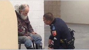 Politibetjenten skulle føre den hjemløse ud af butikken. Det han gjorde i stedet