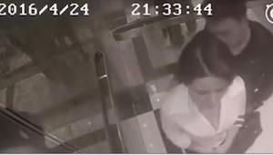 Hun befandt sig alene i elevatoren, kun sammen med en fremmed mand. Det, som har