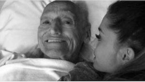 Pigen satte sig ved siden af sin døende bedstefar. Da døren åbnede sig troede hu