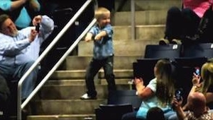 Midt i koncerten går drengen ud på trappen og begynder at danse.... Efter 10 sek