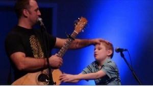 En blind og autistisk dreng kommer ind på scenen. Det som herefter sker giver al