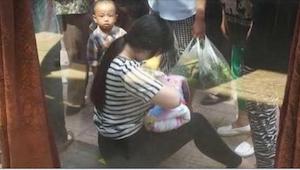 En 26-årig pige fandt en baby, som var blevet efterladt i et papkarton. Det hun