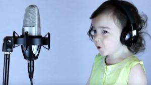 Hans datter gik i gang med at synge et hit fra 1985. Se selv!