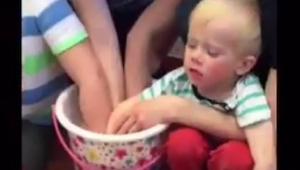 Han gav børnene besked på at dyppe hænderne i en spand i adskillige minutter, sl
