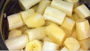 Hun skar bananen i stykker sammen med skallen, og smed det i gryden... I kan ikk