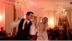 Brudgommen bød mor op til dans. Da musikken pludselig skiftede begyndte alle at