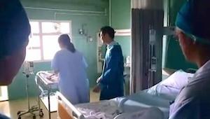 Moren hilser sine nyfødte tvillinger. Da hun kommer nærmere, bemærker hun DETTE.