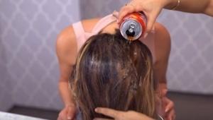 Hun tog en dåse cola, og hældte den ud over håret! Der er en genial grund til, a