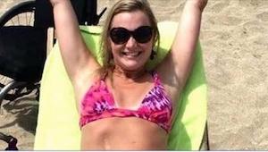 Den unge kvinde opholder sig på stranden, og ser glad og lykkelig ud, men når du
