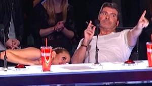 Da hun tog DET med op på scenen, begyndte de voksne at gemme sig under bordet! S