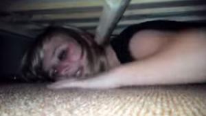 Hun gemte sig under sengen for at undersøge om hendes fyr ikke er hende utro. De