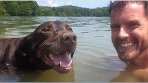 Han regnede ikke med, at der ville ske noget slemt, da han kælede for sin hund,