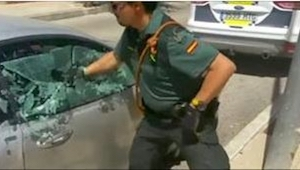 En politimand smadrede et bilvindue for at redde en hund. Se hvad der sker bare