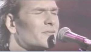 Da Patrick Swayze i 1990 pludselig gik på scenen og sang DETTE, beroligede han o